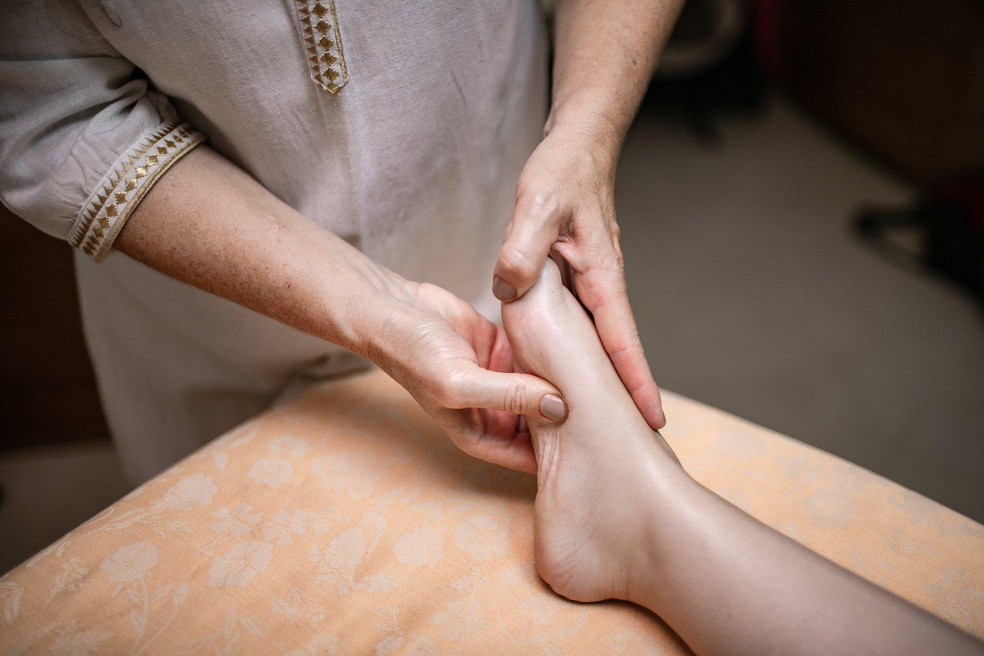Benefícios da Reflexologia, dos pés à cabeça